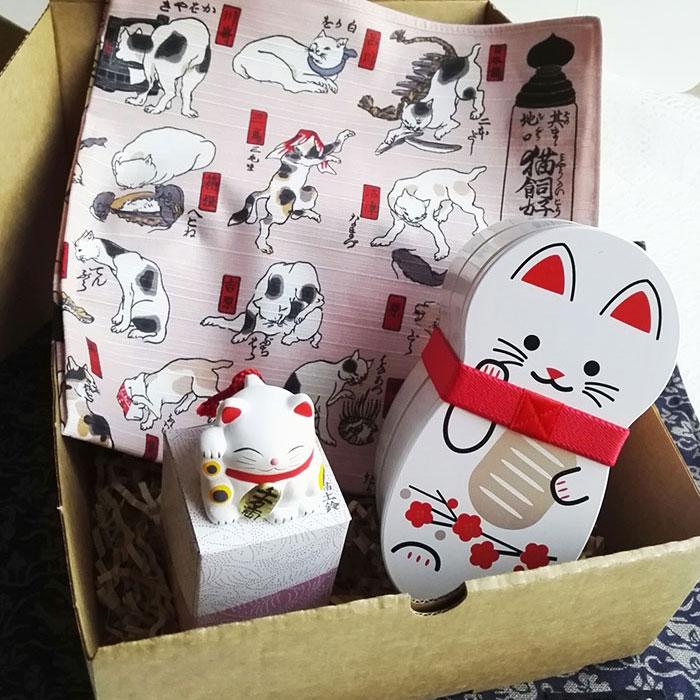 Maneki-neko-gift-box-square